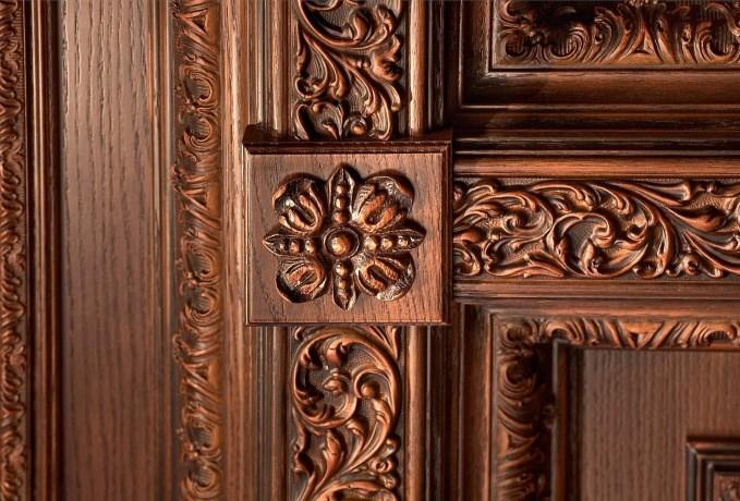 декоративная отделка входной двери из массива дерева